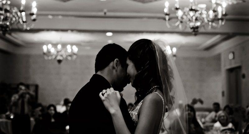 Braut und Bräutigam tanzen den Hochzeitstanz