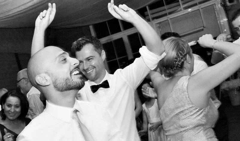 Bräutigam und Trauzeuge auf Hochzeitsfeier