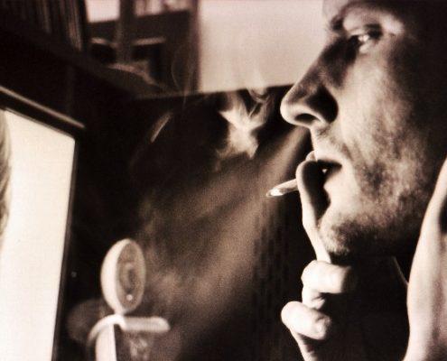 Der nachdenkliche Mann mit Zigarette