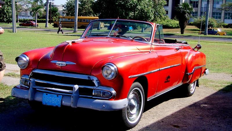 Roter Oldtimer als Hochzeitsauto