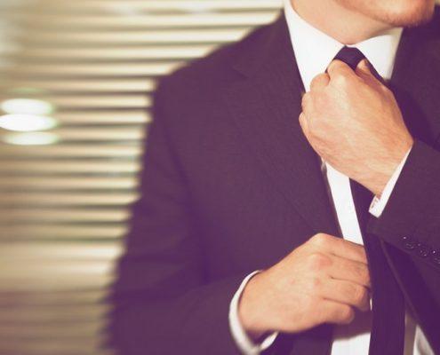Der stylische Mann im Hochzeitsanzug
