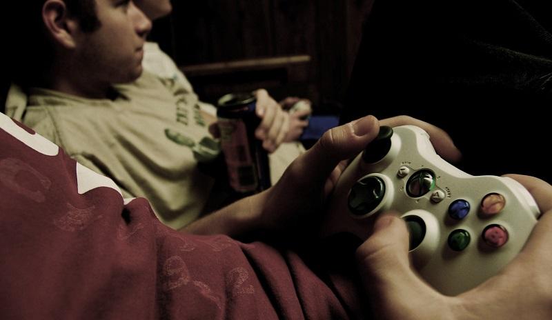 Junger Mann spielt Videospiele