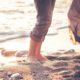 Liebespaar barfuß am Strand
