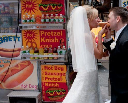 Brautpaar plant Hochzeitsbudget