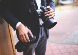 Hochzeitsfotograf mit seiner Kamera auf einer Hochzeit