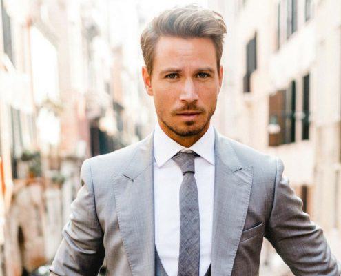 Der Bachelor Sebastian Pannek im Anzug von The Bloke